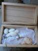 Μπομπονιέρα ξύλινο κουτάκι που περιλαμβάνει 5 κουφέτα και το προσκλητήριο για βάπτιση με θέμα τη θάλασσα