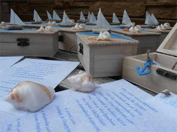 μπομπονιέρα βάπτισης ξύλινο κουτάκι με θέμα καράβι και κοχύλια,αλλά και προσκλητήριο στο ίδιο θέμα