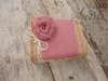 Εικόνα με Κουτί μαρτυρικών ροζ τριαντάφυλλο
