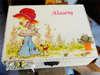 Εικόνα με Κουτί μαρτυρικών κοριτσάκι σε κήπο