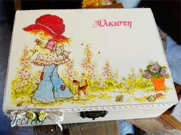 Εικόνα του Κουτί μαρτυρικών κοριτσάκι σε κήπο