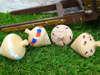 Μπομπονιέρες βάπτισης ξύλινες σβούρες με διάφορα θέματα και χρώματα