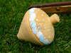 Ξύλινη σβούρα με πουά και πινελιές σε χρώμα γαλάζιο και λευκό