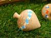 Μπομπονιέρα βάπτισης ξύλινη σβούρα σε γαλάζιο πουά και γαλάζιες πινελιές