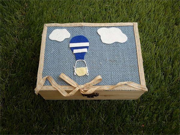 Εικόνα με Κουτί μαρτυρικών με μπλε αερόστατο