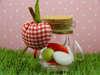 μπομπονιέρα βάπτισης γυάλινο βαζάκι με υφασμάτινο μήλο στην ακρή