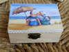 κουτάκι vintage ξύλινο για βάπτιση με θέμα δυο παιδάκια στην παραλία