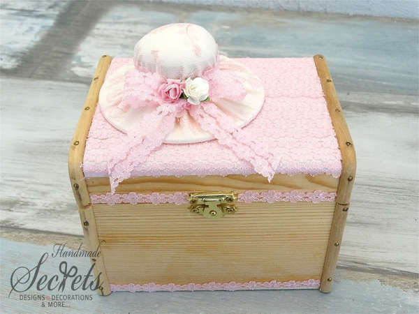 Εικόνα με Ξύλινο κουτί μαρτυρικών με καπέλο
