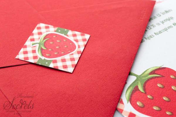 Εικόνα με Προσκλητήριο βάπτισης γκοφρέ γραμμωτό κόκκινο με φράουλα