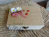 Εικόνα με Κουτί μαρτυρικών με πασχαλίτσα, μαργαρίτες και κανέλα