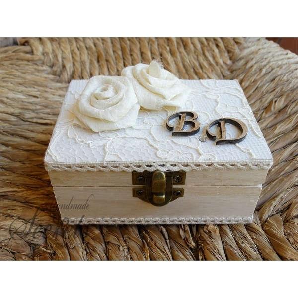 Εικόνα με Εκρού κουτί για βέρες με λουλούδια