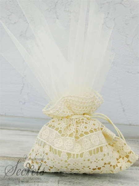 Εικόνα με Μπομπονιέρα γάμου δαντέλα & τούλι