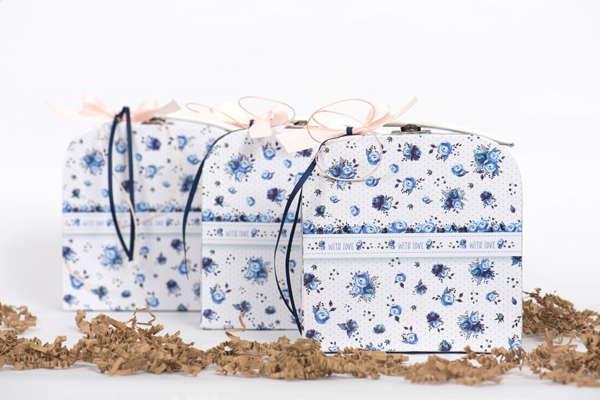 Εικόνα με Μπομπονιέρα βαλιτσάκι μπλε λουλούδια