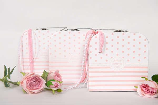 Εικόνα με Μπομπονιέρα βαλιτσάκι ροζ ευχές