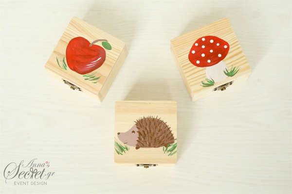 Μπομπονιέρες ξύλινο κουτάκι ζωγραφισμένο στο χέρι με θέμα μήλο, μανιτάρι, σκατζόχοιρος