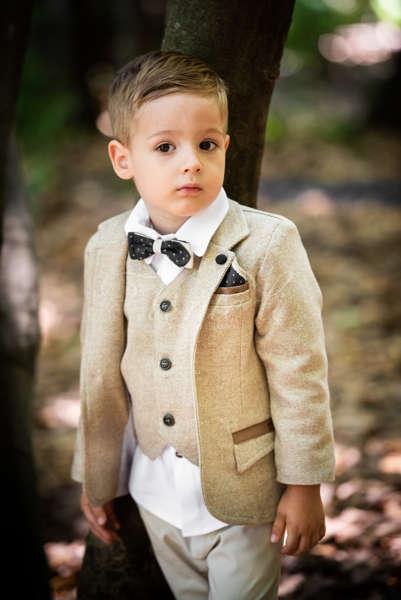 Κοστούμι με μπεζ διαγωνάλ σακάκι και γιλέκο, λευκό πουκάμισο και παντελόνι.
