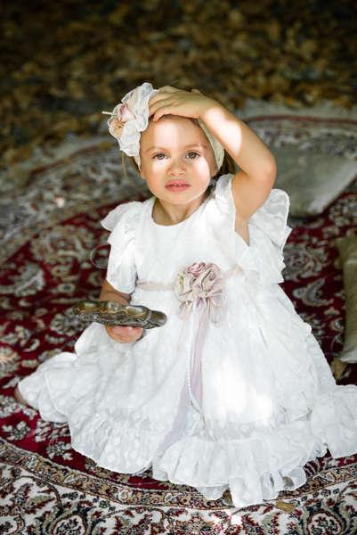 Φόρεμα μεσάτο ασύμμετρο με βολάν                και χειροποίητα ντεκόρ.