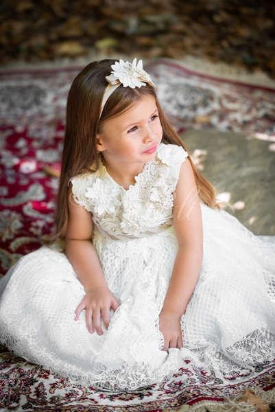 Φόρεμα μεσάτο με δαντέλα και χρυσή διπλή ζώνη.