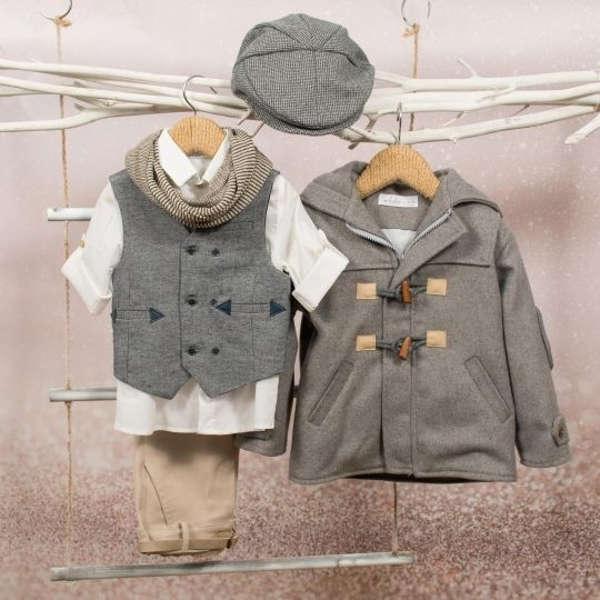 Βαπτιστικό σύνολο της Bambolino για αγόρια, που αποτελείται από παντελόνι, πουκάμισο, γιλέκο, φουλάρι, καπέλο, ζώνη.