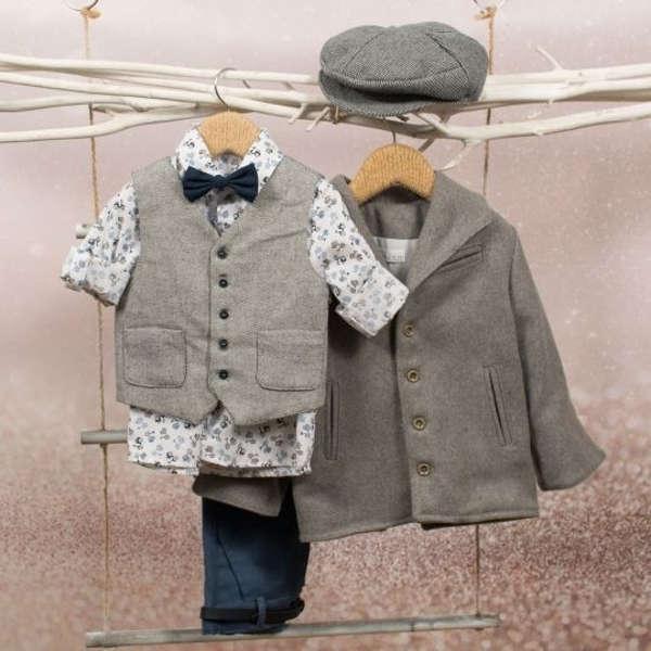 Βαπτιστικό σύνολο της Bambolino για αγόρια, που αποτελείται από παντελόνι, πουκάμισο, γιλέκο, παπιγιόν, καπέλο, ζώνη.