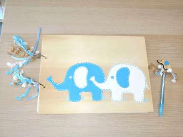 Βιβλίο ευχών με θέμα τα ελεφαντάκια, ζωγραφισμένο στο χέρι.