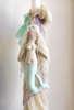 Πακέτο βάπτισης με γοργόνες, το οποίο περιλαμβάνει βαλίτσα τρόλεϊ στολισμένη λαμπάδα και λαδοσέτ με το ίδιο θέμα.