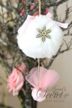 Μπομπονιέρες Χριστουγεννιάτικες χειροποίητες για γάμο ή βάπτιση, κρεμαστά στολιδια γούνινες μπαλίτσες.