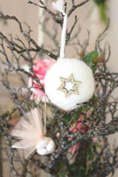 Μπομπονιέρες Χριστουγεννιάτικες χειροποίητες για γάμο ή βάπτιση, κρεμαστά στολιδια μάλλινες μπαλίτσες.