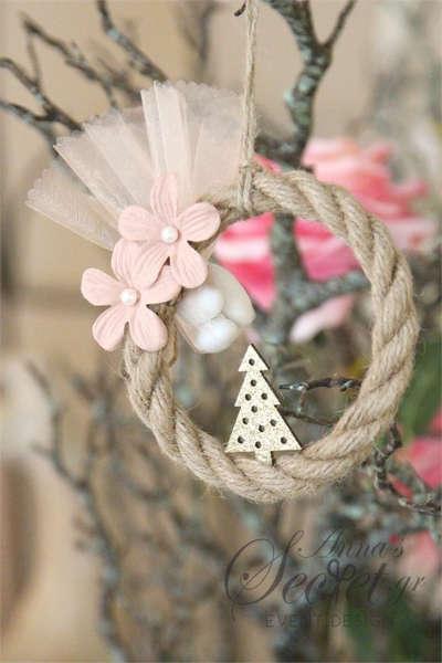 Μπομπονιέρες Χριστουγεννιάτικες χειροποίητες για γάμο ή βάπτιση, κρεμαστά στολιδια στεφανάκια από σχοινί, με δεντράκι και λουλούδια.