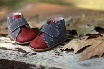Βαπτιστικά παπούτσια περπατήματος για αγόρια, της Everkid, σε διχρωμία κεραμιδί με μπλε και νούμερα 18 έως 21.
