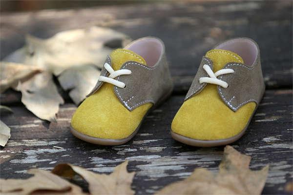 Βαπτιστικά παπούτσια περπατήματος για αγόρια, της Everkid, σε διχρωμία μουσταρδί με καφέ και νούμερα 18 έως 21.