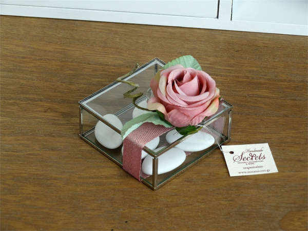 Εικόνα με Μπομπονιέρα κουτάκι γυάλινο με λουλούδι