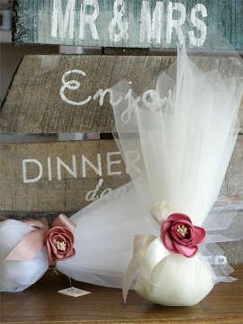 Εικόνα του Μπομπονιέρα γάμου οργάντζα & τριαντάφυλλο