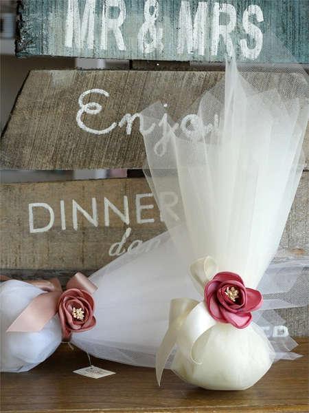 Εικόνα με Μπομπονιέρα γάμου οργάντζα & τριαντάφυλλο