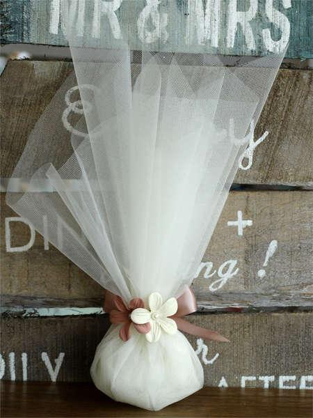 Εικόνα με Μπομπονιέρα γάμου οργάντζα & λουλούδια