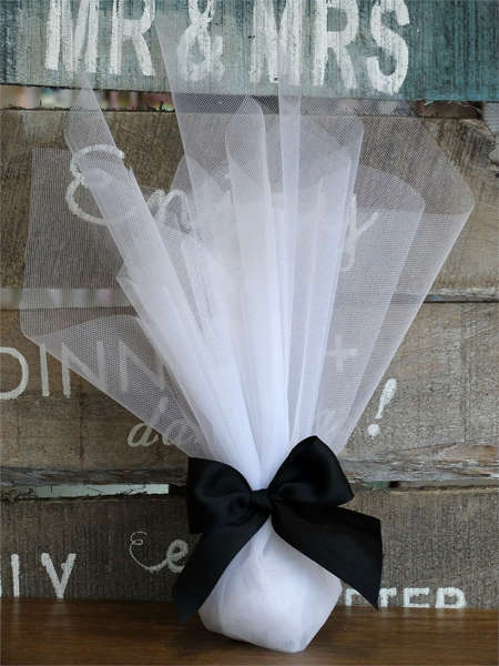 Μπομπονιέρα γάμου με οργάντζα κορδέλα γκρο σε χρώμα μαύρο.