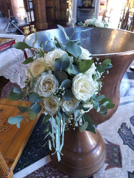 Εικόνα με Στολισμός Κολυμπήθρας Με Λευκά Τριαντάφυλλα