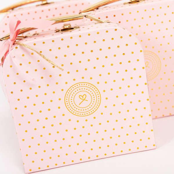 Εικόνα με Μπομπονιέρα βαλιτσάκι ροζ χρυσό πουά