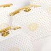 Εικόνα με Μπομπονιέρα βαλιτσάκι λευκό χρυσό πουά